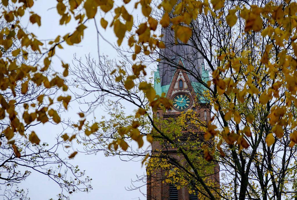 Während der Busfahrt lässt sich ein kurzer Blick auf die Heilandskirche erhaschen.