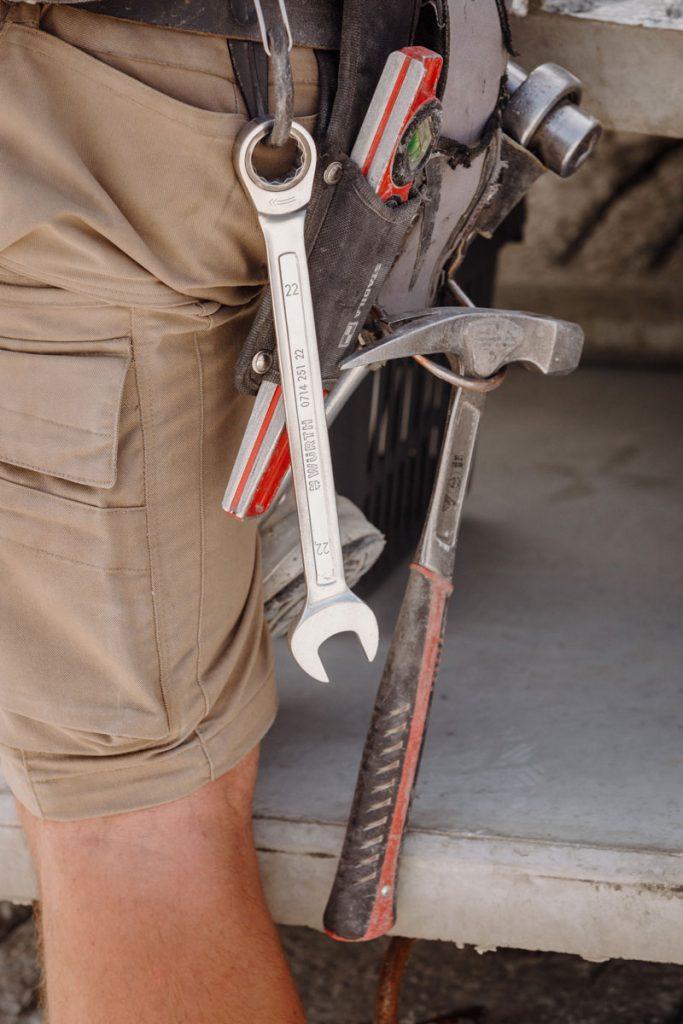 Ratsche, Hammer und Maulschlüssel, und natürlich Körperkraft und einen guten Gleichgewichtssinn braucht es.