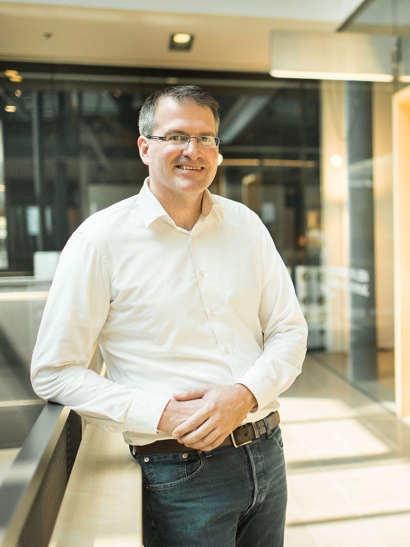Jens Rodenbusch vor der Werkstatt
